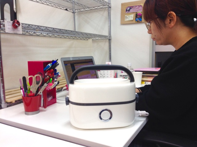 【正直レビュー】デスクで米が炊ける!? サンコーの「蒸気で炊く! お一人様用ハンディ炊飯器」を実際に仕事しながら使ってみた