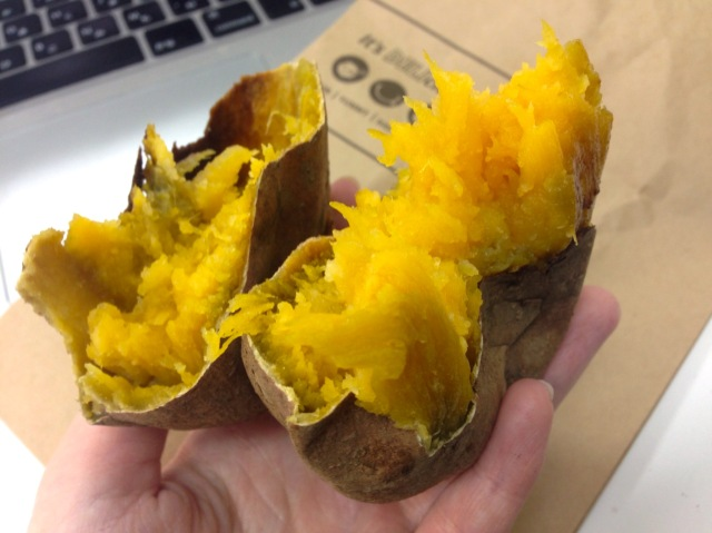【今さら】100円ローソンのレジで売ってる焼き芋が神レベルに美味しい / 天然のスイートポテトかってくらいの甘さ