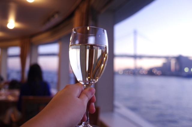 【素朴な疑問】ワインで乾杯するとき、グラスを鳴らすのは本当にマナー違反なの?