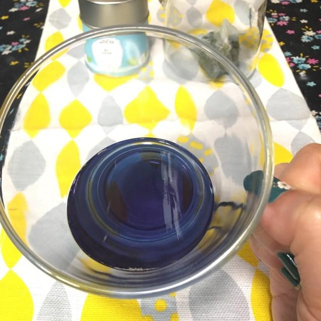 ロマンチックな青いお茶「ライチが香る青い緑茶」を飲んでみた! 美しいブルーとさわやかな香りに癒される新感覚のお茶です♪