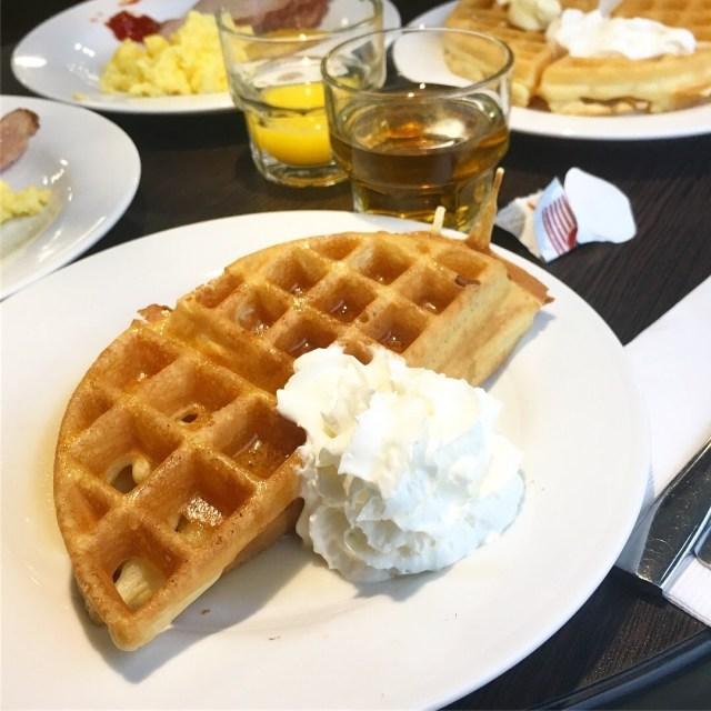 【おいしい楽しい!】ホテルの朝食ビュッフェにあったワッフル焼きマシーンが最高すぎた! カリカリ&ふわふわの軽い食感でめちゃんこ美味しいよ
