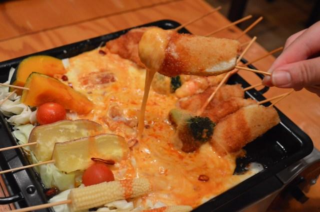 チーズの2度漬けし放題、ですと!? 大人気のチーズタッカルビと串カツを組み合わせた「チーズタッカ串」なら何度チーズを漬けても怒られないよ