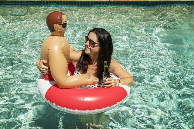 【注目】空気を入れると「マッチョな彼氏」が出現する浮き輪にキュン♡ プールで一緒にプカプカ浮いてラブラブ気分を楽しもう