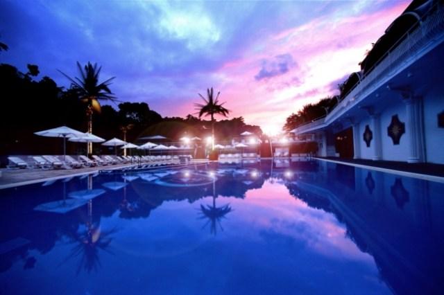 大人気「ナイトプール」が東京・ホテルニューオータニでオープンしたよ! 温水なので夜でも安心して入れます♪