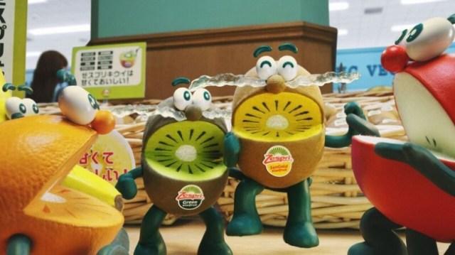 ゼスプリ「キウイ・ブラザーズ」の新CMがまたもやシュール! 「キウイは酸っぱいぱい♪」 と他のフルーツからいじめられてこぼした涙が…!?