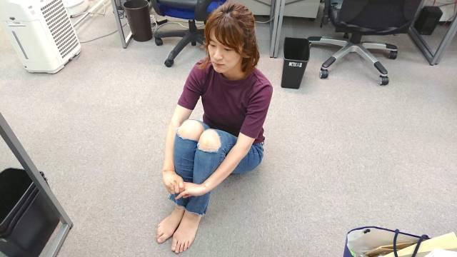 体育座り?  体操座り? それとも三角座り? 体育の時間にやってた膝をかかえる座り方をなんと呼ぶかは地域によって違うらしい!
