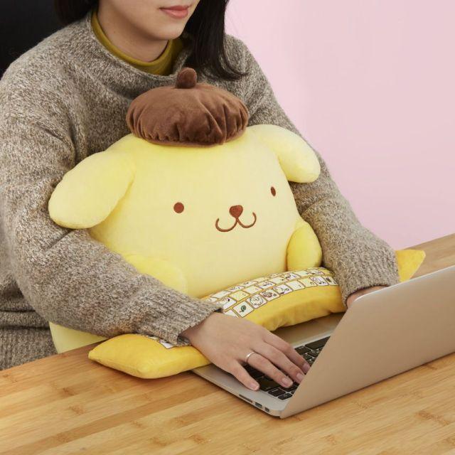 【最高の癒やし】「ポムポムプリン」のPCクッションがかわいすぎる!! 抱きながら作業すれば仕事もどんどんはかどりそう♡