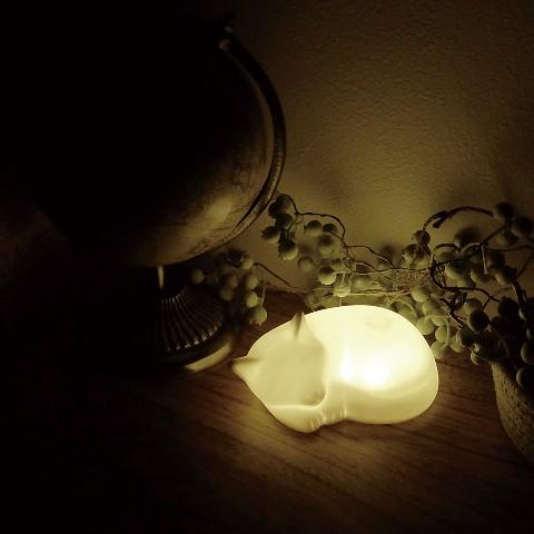 猫がスヤーと寝ている形をした「寝るとき専用LEDライト」がおもわず撫でたくなる可愛さ! ハリネズミやウサギもあります
