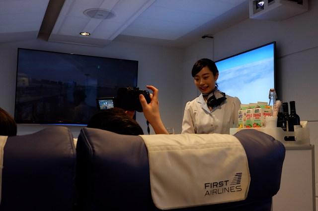 飛行機のファーストクラスを再現したレストラン「FIRST AIRLINES」が本格的! 離陸後に揺れる座席に、カートで配られるドリンクなど