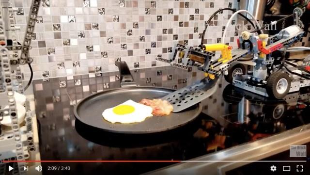 レゴブロックが一生懸命「ベーコンエッグを作る」マシンが完成したよ! プルプル震えるアームにハラハラします…