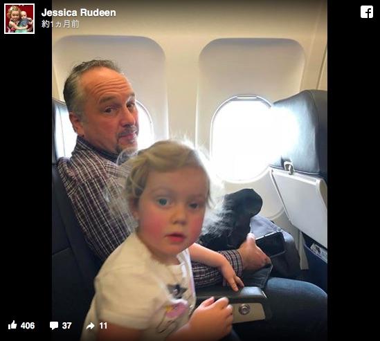 飛行機で子供達がぐずり始めてママ大ピンチ! すると「自分も昔、親切にしてもらったことがあったんだ」と隣の男性が声をかけてくれて…
