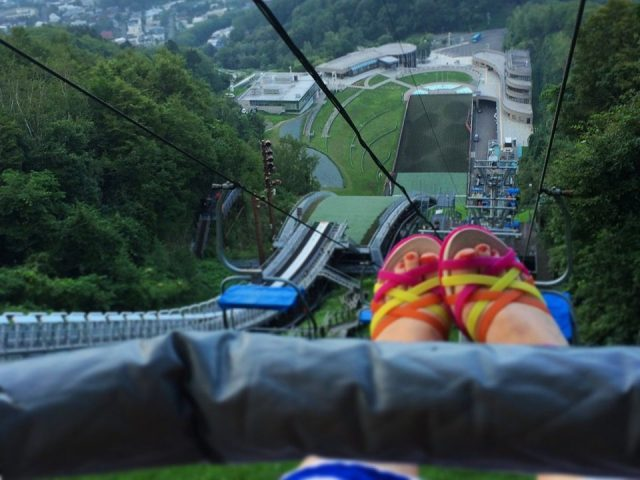 【超絶オススメ】札幌・円山動物園の近くに夏場も真上からスキージャンプの見学ができる「大倉山展望台」があるよ! ただし、帰りのリフトが怖すぎ問題…