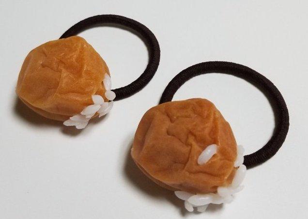 シワシワ感まで完璧に再現した「梅干しヘアゴム」が食べたくなるほどのリアルさ! ご丁寧にごはん粒までついちゃってます!!