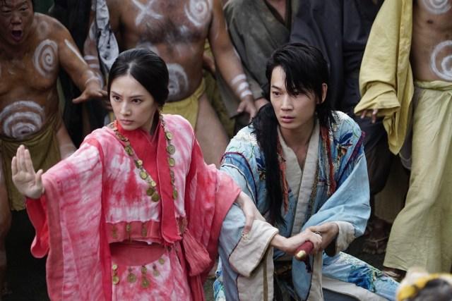 綾野剛や北川景子が腹踊りしてサルと戦う!? 狂気の世界『パンク侍、斬られて候』は、スター俳優たちの振り切った怪演が見どころです