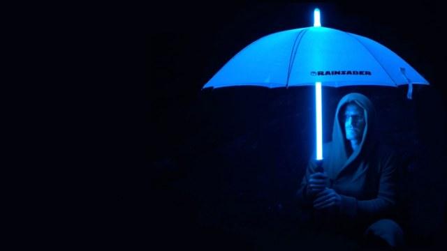 ライトセーバー風の傘「レインセーバー」の本気度が高すぎる! 閉じたままでもピカピカ光る&「ブゥーン」と音も鳴ります