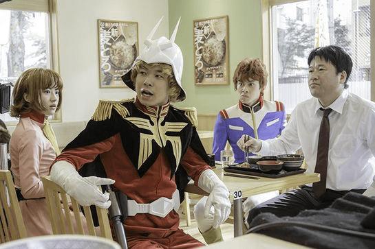 吉野家の新CMでアムロやシャアに囲まれる佐藤二郎さん!? 吉野家成分少なめ、クセ強めのCMがじわるっ