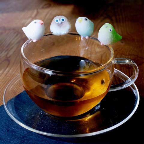 コップのフチからちょこんと見守ってくれる「コトリシュガー」罪深い可愛さ♡ お茶にドボンと入れるなんて勿体なくてできませぬ……