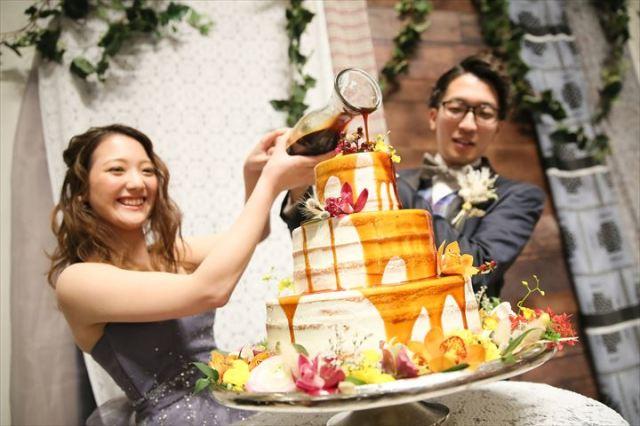 【ホンマか?】最近の結婚式はケーキの上からフルーツソースをかける「ドリップケーキ」が人気!? 演出のトレンドランキングが発表されました