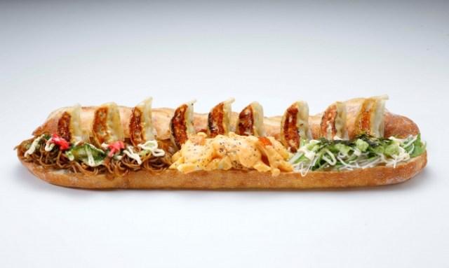 【え?】大阪王将が作った「ホットドック」が攻めすぎぃい!  餃子が豪快に挟まった「GYOZA DOG 」が道頓堀店限定で爆誕しました