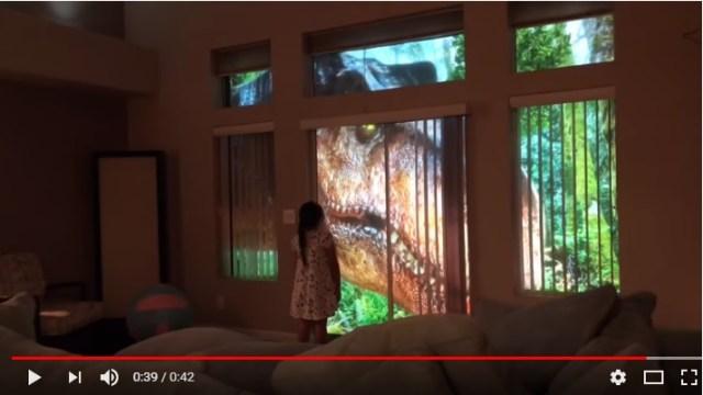 【パパすごい】娘のために「ジュラシック・ワールド」をリビングに再現! 窓の外で恐竜たちが歩き回っています