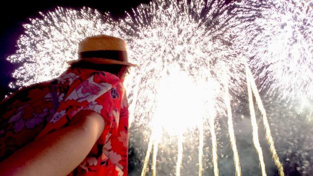 女ひとりで花火大会に参加した結果…ハマる! これハマるよ!! 屋台で地獄を見たけど「花火はひとりで観るべし」だよ!!