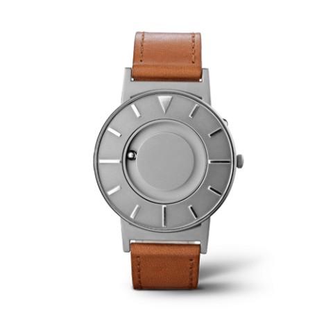 秒針のない「さわる時計」が画期的! 視覚障害の人もそれ以外の人も使える機能性とデザイン性に世界中が注目しています