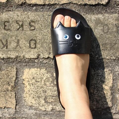 ヴィレヴァンの「ニャンコサンダル」がラクチンかわいい♡ お目目がくるくる動くうえに、歩くとニャンコの足跡がつきます