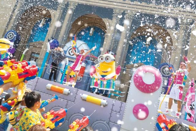 真夏のUSJに「雪」が降る!? 打ち水ならぬ「打ち雪」イベントでミニオンたちとおおはしゃぎしよー☆