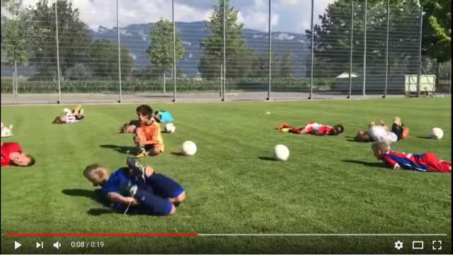 サッカー少年たちが「ネイマール」目指して猛特訓中!? なにを練習しているのかと思ったら…なんと「転び方」でした