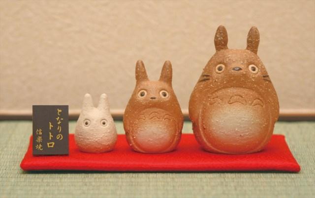 「となりのトトロ」が信楽焼になったアイテムが登場したよ! 和室にちょこんと飾りたい置物や箸置きセットなど
