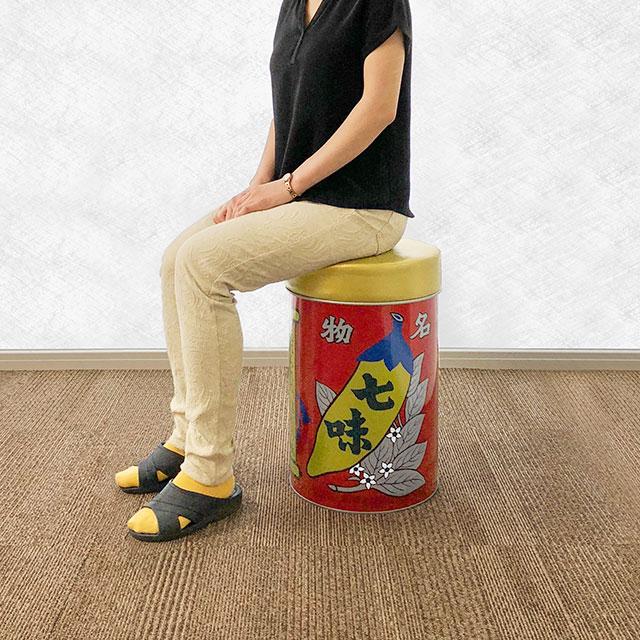 七味唐辛子でおなじみの八幡屋礒五郎にはオリジナルグッズがあった! 「椅子缶」がぶっちぎりのインパクトです