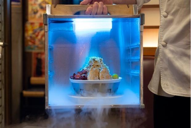 【クセがスゴい】カラオケパセラに二郎系ラーメン「冷やしパ郎」が登場!! ブルーに光る岡持ちから冷えっ冷えのラーメンが登場します…