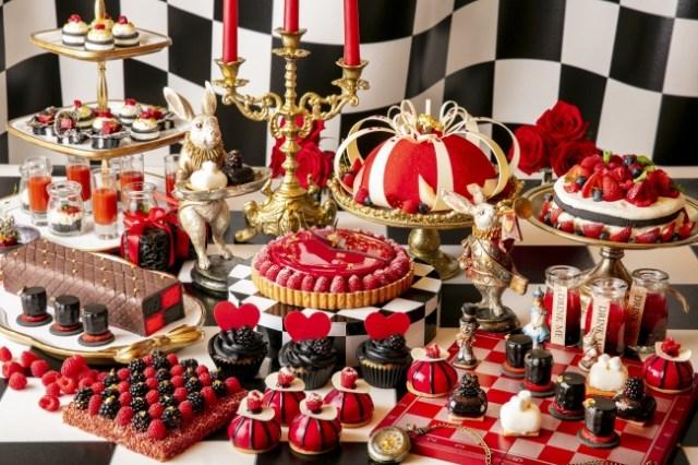 『不思議の国のアリス』をテーマにしたデザートビュッフェがヒルトン東京にカムバック! 赤と黒を基調にしたスイーツやハロウィンメニューも♪