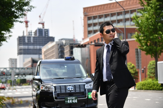 【乗りたい】「SP風タクシー」のサービスが凄すぎる! 拳銃はおもちゃの水鉄砲、基本的にポーカーフェイスでの対応など