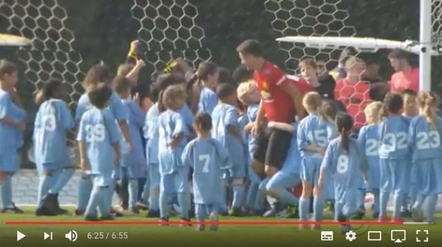 どっちが勝つでしょうか!? 子ども100人 VS 現役のマンチェスター・ユナイテッのサッカー対決がカオスすぎる!