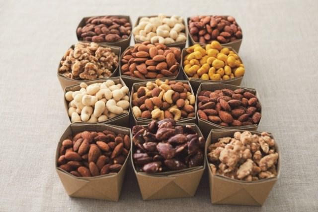 無印良品から「味付きナッツ」12種類が登場するよ〜! スイーツ向けの「メープル味」やオツマミ向けの「燻製風」など種類も豊富です★