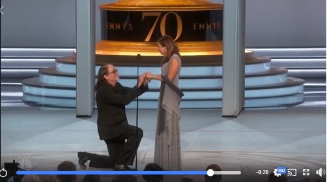 「なぜ僕が君を恋人と呼ばないかって? 妻と呼びたいからだよ」エミー賞の授賞式で公開プロポーズ! その台詞がロマンティックすぎるぅーー!