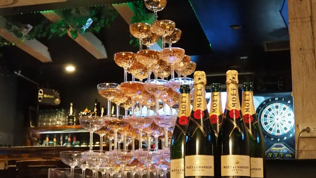 【これはスゴイ】シャンパンタワーが500円!? 新宿のバーで衝撃のパーティプランが始まってるよ