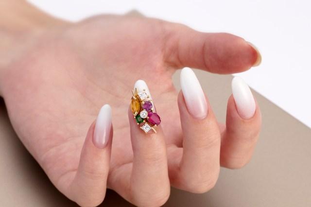 【貴族の遊び】ネイルに本物の宝石を使った超高級ネイルサービスが登場だよ!「究極の贅沢を知る女性にこそふさわしい」んだそうです…