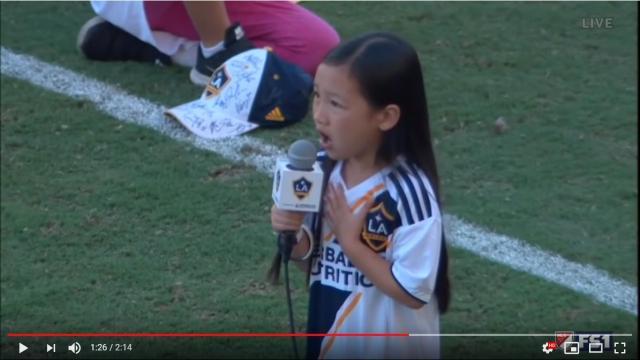7歳少女の上手すぎる「国歌独唱」に鳥肌が止まらない! これがアメリカの天才子役の実力か…