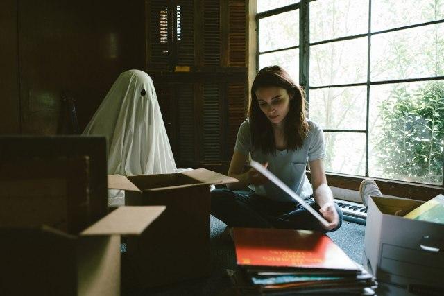亡くなった夫がずっとそばにいたら…? 話題作『A GHOST STORY/ア・ゴースト・ストーリー』の幽霊の切ない愛に涙