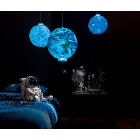 お部屋の中がまるで宇宙空間に…! 月や地球がデザインされたまん丸なライトが幻想的で素敵です