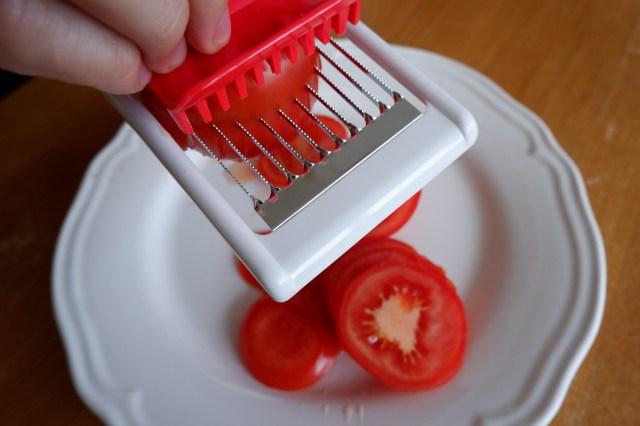 トマト1個を10秒ちょいで全部スライスできちゃう「トマト専用薄切り器」が超便利!