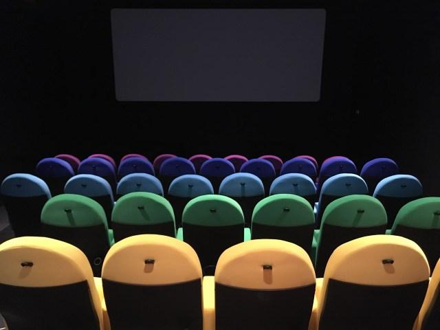 【体験レポ】今までの映画館と全く違う「アップリンク吉祥寺」に潜入取材! カラフルな椅子、100年前のコーラレシピを再現した伊良コーラなど