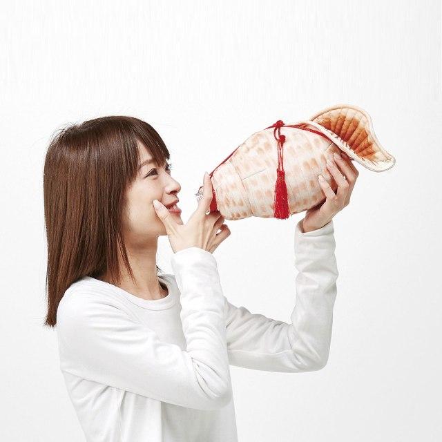 【ブオォ〜〜〜!!】フェリシモの「吹いてる!? 飲んでる! ほら貝ペットボトルケース」がじわる…持つだけで士気が上がりそうです
