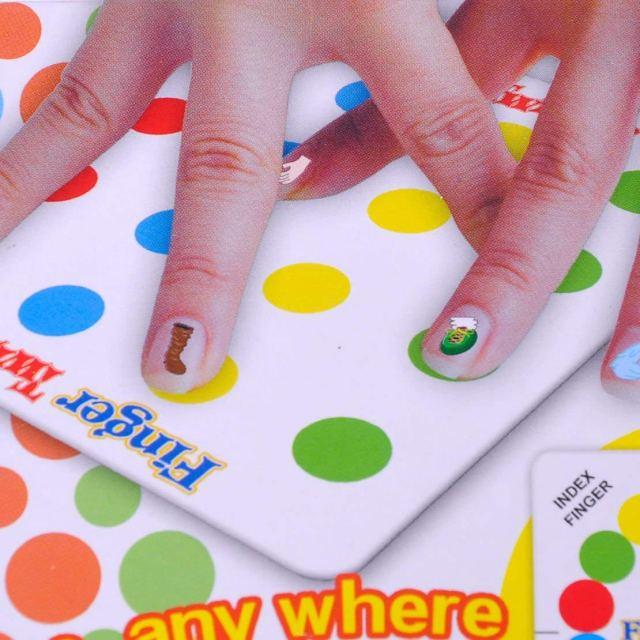 指だけで遊べる「フィンガー・ツイスター」なら接近戦でも大丈夫♡ 手足のかわりに指を使ってツイスターできるんです
