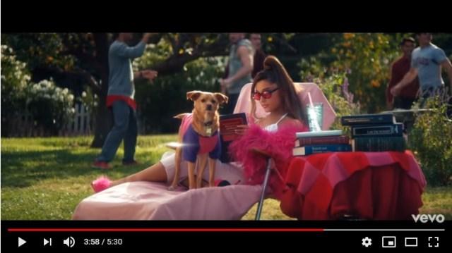 アリアナ・グランデの新曲MVが懐かしたまらん!『キューティ・ブロンド』など2000年代ラブコメ映画のオマージュだらけ