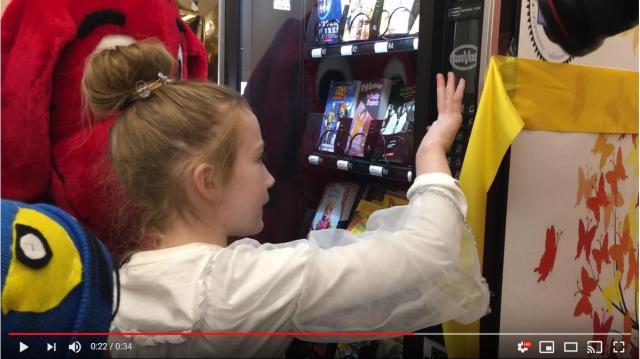 無料で本をゲットできる「書籍自販機」がアメリカの学校に登場 → 目指すは読書を通じた読解力のアップです!