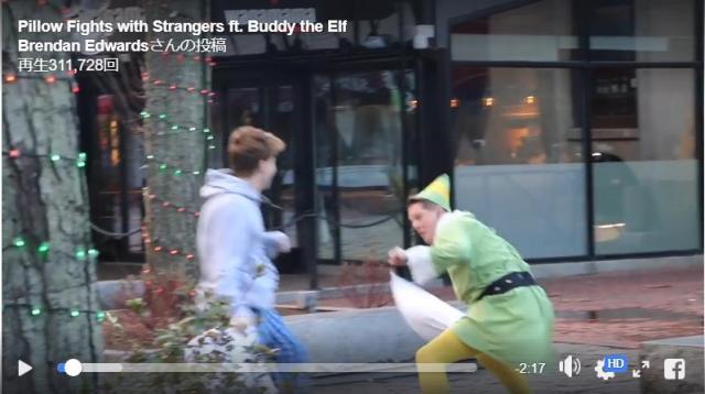 【ドッキリ動画】街を歩いてたら妖精が「枕叩き」を仕掛けてきた! 意外とノリノリな通行人たちに注目
