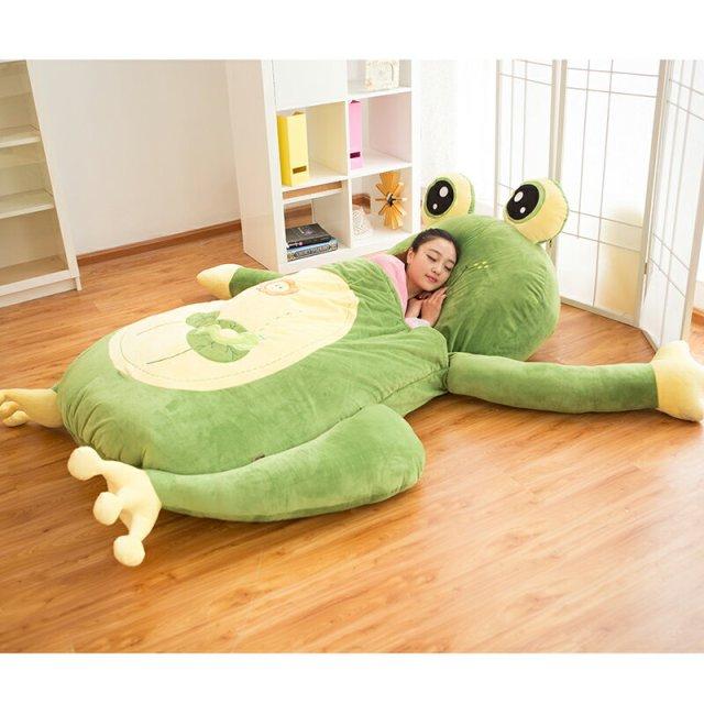 「巨大なぬいぐるみの中で眠る」体験ができちゃう!? 縦200cmの寝袋付き敷布団が可愛いーー!